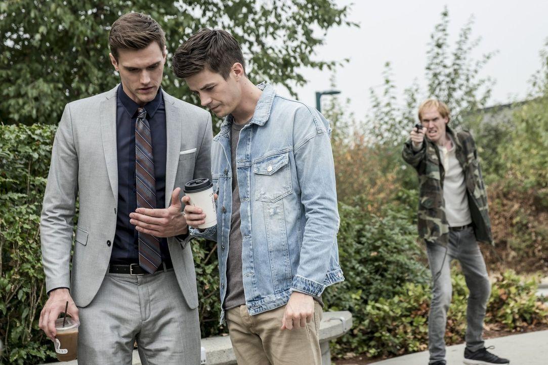 Als ein neues Metawesen in Central City auftaucht, müssen sich Ralph (Hartley Sawyer, l.) und Barry (Grant Gustin, r.) ein unerwartetes Bündnis eing... - Bildquelle: 2017 Warner Bros.