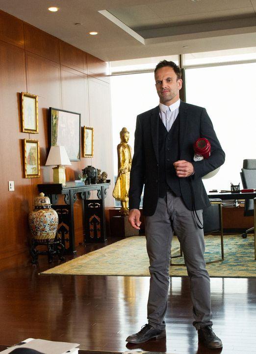 Holmes (Jonny Lee Miller) willigt ein, einer gefährlichen Gang dabei zu helfen, einen Killer ausfindig zu machen. Im Gegenzug will er den Namen eine... - Bildquelle: Jeff Neira 2016 CBS Broadcasting, Inc. All Rights Reserved