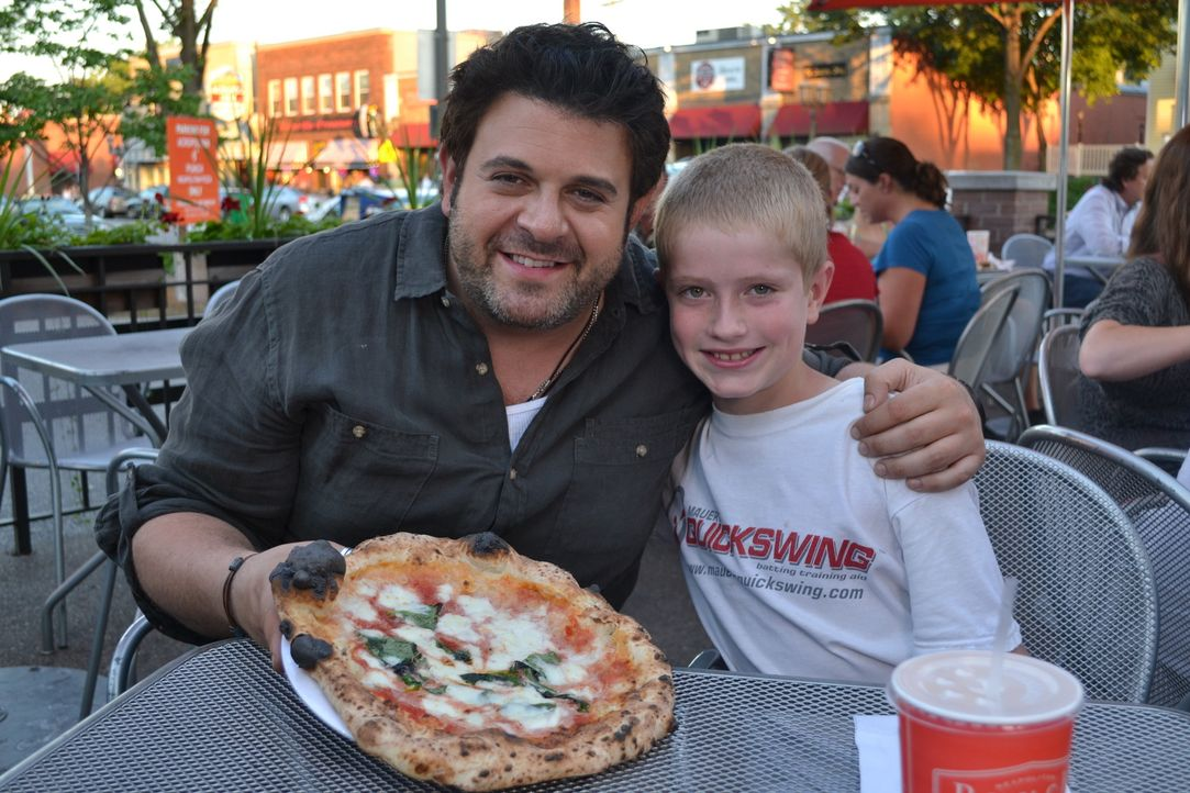 Nicht nur Adam (l.) schmecken die Pizzen im Punch in St. Paul, auch Gast Cal (r.) ist begeistert ... - Bildquelle: 2011, The Travel Channel, L.L.C. All Rights Reserved.