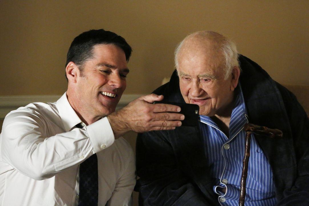 Während eine Familie aus Maryland ermordet an ihrem Esstisch aufgefunden wurde, versucht Hotch (Thomas Gibson, l.) mit seinem Schwiegervater Roy (Ed... - Bildquelle: ABC Studios