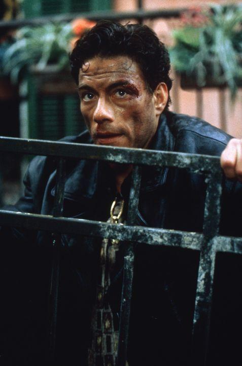 Alain (Jean-Claude Van Damme) nimmt die Identität seines ermordeten Bruders an, um dessen Vergangenheit aufzudecken ... - Bildquelle: Sony Pictures Television International. All Rights Reserved.