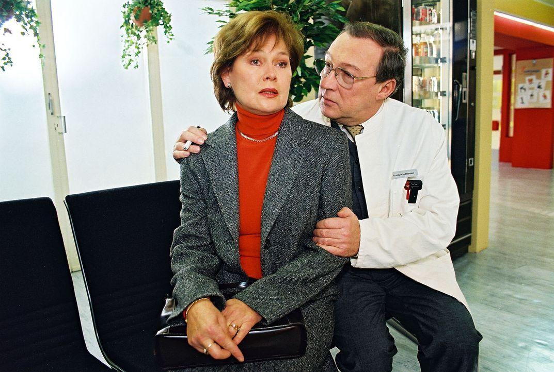 Vera Friedländer (Monika Woytowicz, l.), die Frau des Klinikchefs (Jaecki Schwarz, r.), kann ihrem Mann seinen Seitensprung noch immer nicht verzeih... - Bildquelle: Noreen Flynn Sat.1