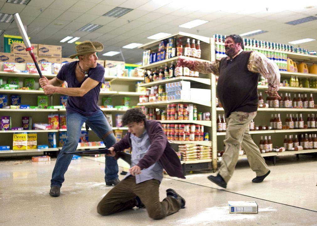 Als sich der neurotische Angsthase Columbus (Jesse Eisenberg, M.) und der Zombie-Terminator Tallahassee (Woody Harrelson, l.) zusammentun, beginnen... - Bildquelle: 2009 Columbia Pictures Industries, Inc. and Beverly Blvd LLC. All Rights Reserved.