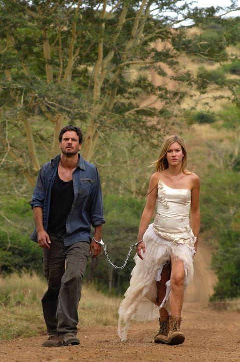 Aus Angst, Vic (Stephan Luca, l.) könne sie alleine im afrikanischen Busch zurücklassen, kettet sich Lisa (Wolke Hegenbarth, r.) kurz entschlossen a... - Bildquelle: David Gur SAT.1