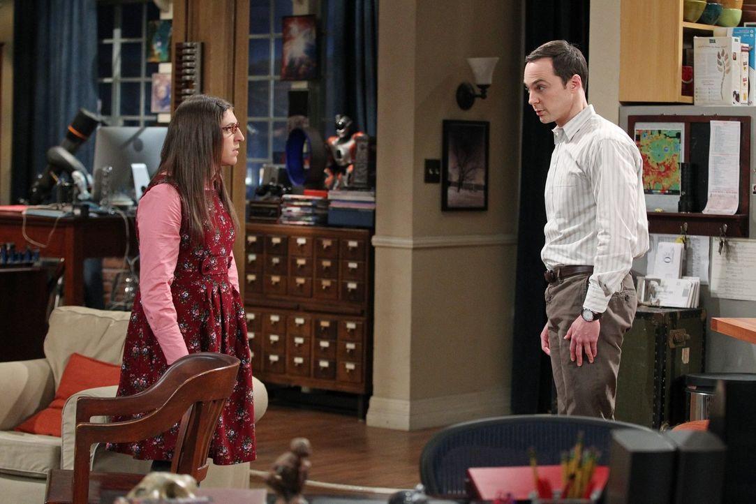 Aus einem simplen Kommentar über eine neue Serie entwickelt sich ein Streit zwischen Amy (Mayim Bialik, l.) und Sheldon (Jim Parsons, r.) ... - Bildquelle: Warner Bros. Television