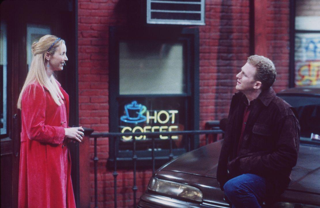 Mit der Polizei-Dienstmarke bewaffnet, macht Phoebe (Lisa Kudrow, l.) Jagd auf Falschparker. Da gerät sie an den falschparkenden Besitzer der Diens... - Bildquelle: TM+  2000 WARNER BROS.