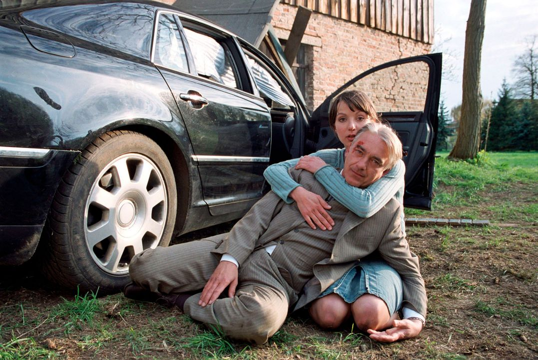 Johannes' (Christoph M. Ohrt, vorne) verzweifelter Versuch, die Kanzlerin zu erreichen, endet in Kudrow: Dort landet er per Autounfall im Gartenhaus... - Bildquelle: Hardy Spitz Sat.1