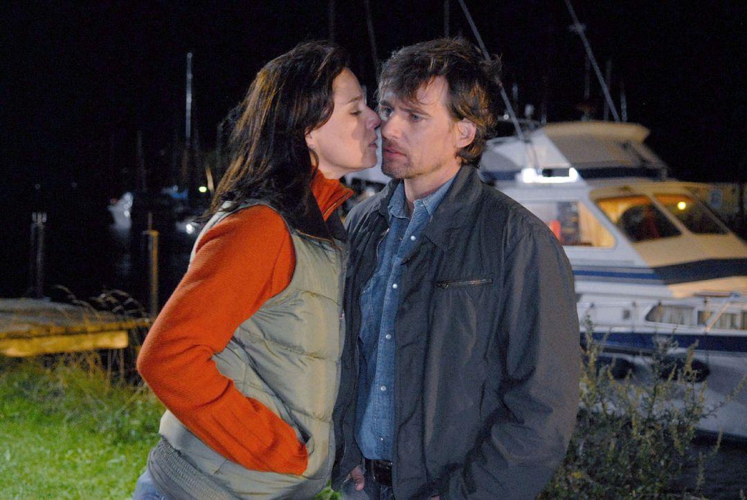 Falk (René Steinke, r.) ist überrascht, als Jana (Désirée Nosbusch, l.) ihm plötzlich einen Kuss gibt. - Bildquelle: Susanne Dittmann Sat.1