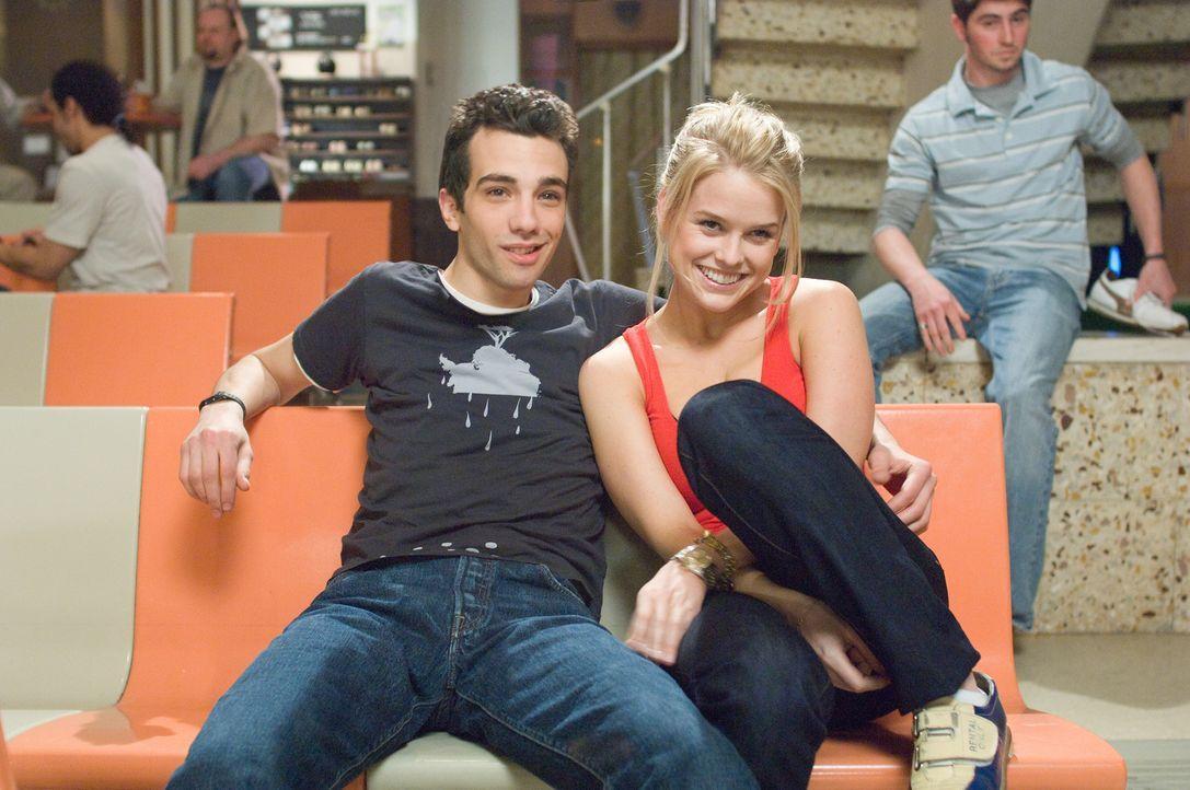 Kirk (Jay Baruchel, l.) kann kaum fassen, dass Traumfrau Molly (Alice Eve, r.) tatsächlich in ihn verliebt ist! - Bildquelle: 2009 DREAMWORKS LLC.  All Rights Reserved.