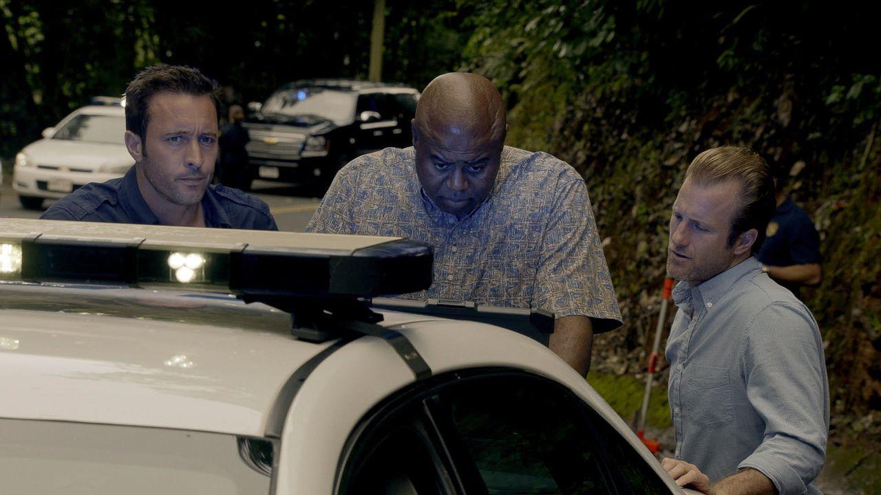 Ein neuer Mordfall beschäftigt Steve (Alex O'Loughlin, l.), Danny (Scott Caan, r.), Grover (Chi McBride, M.) und das restliche Team ... - Bildquelle: 2015 CBS Broadcasting Inc. All Rights Reserved.