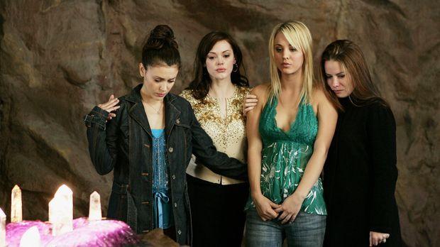 Gemeinsam versuchen Phoebe (Ayssa Milano, l.), Piper (Holly Marie Combs, r.),...