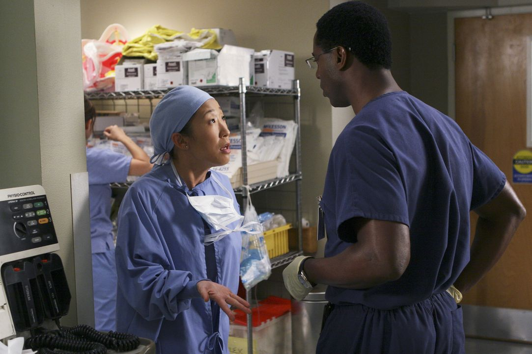Sind sich nicht ganz einig: Cristina (Sandra Oh, l.) und Dr. Burke (Isaiah Washington, r.) ... - Bildquelle: Touchstone Television