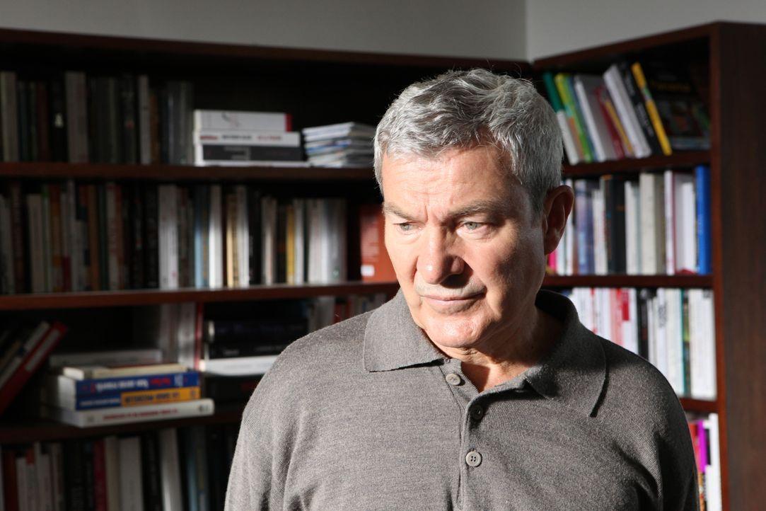 Weiß Armand Dubois (Martin Lamotte) etwas über den Verbleib von Romane Dubois? - Bildquelle: Xavier Cantat 2011 BEAUBOURG AUDIOVISUEL