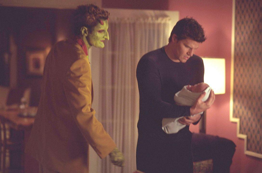 Überraschend taucht Lorne (Andy Hallett, l.) bei Angel (David Boreanaz, r.) und seinen Freunden im Hotel auf ... - Bildquelle: 20th Century Fox. All Rights Reserved.