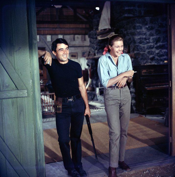 Kaum auf der Farm angekommen, verliert Chips (Gérard Blain, l.) auch schon sein Herz an die attraktive Chefin der Tierfangstation, Brandy (Michèle G... - Bildquelle: 2006 by Paramount Pictures Corporation. All Rights Reserved.