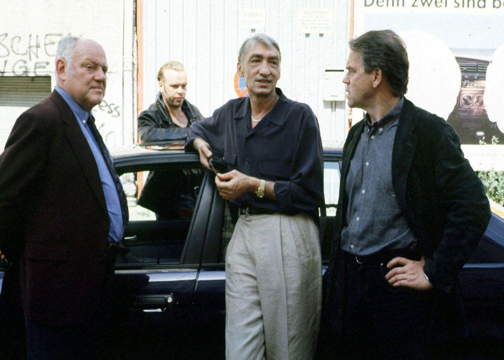 Wolff (Jürgen Heinrich, r.) und Kommissar Sawatzki (Klaus Pönitz, l.) statten dem Besitzer der Taekwon-Do Schule, dem ehemaligen Boxidol Johnny Re... - Bildquelle: Alfred Raschke Sat.1