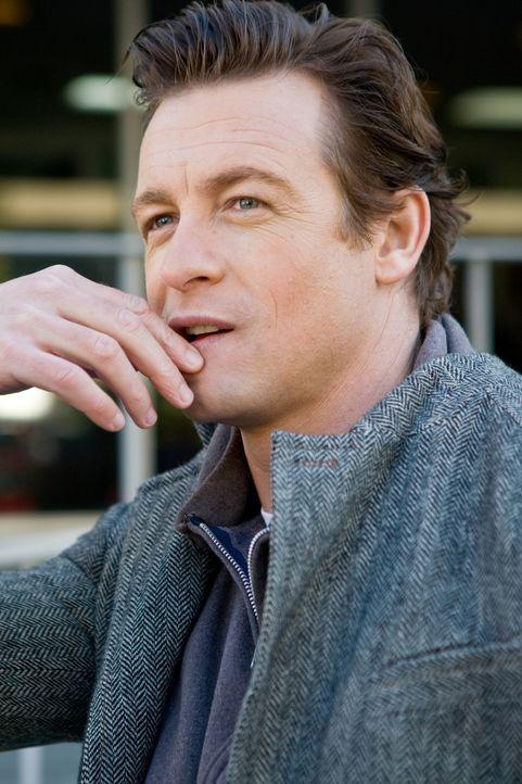 Seinen ersten Hauptverdächtigen hat Detective Manning schon bald gefunden: Malcolm (Simon Baker), der sich im Gartenhaus des zerstrittenen Ehepaars... - Bildquelle: 2009 Stage 6 Films, Inc. All Rights Reserved.
