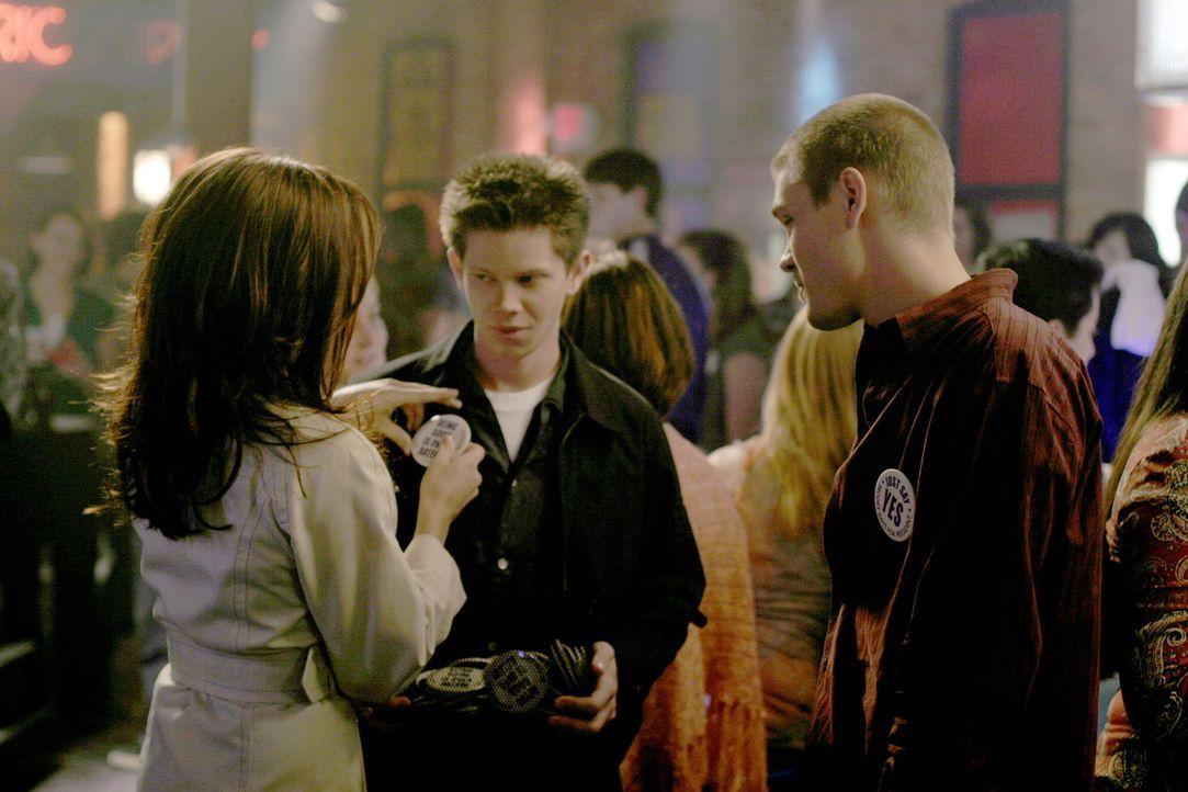 Brooke (Sophia Bush, l.) überzeugt sogar Mouth (Lee Norris, M.) und Lucas (Chad Michael Murray, r.) davon, ihr beim Wahlkampf zu helfen ... - Bildquelle: Warner Bros. Pictures