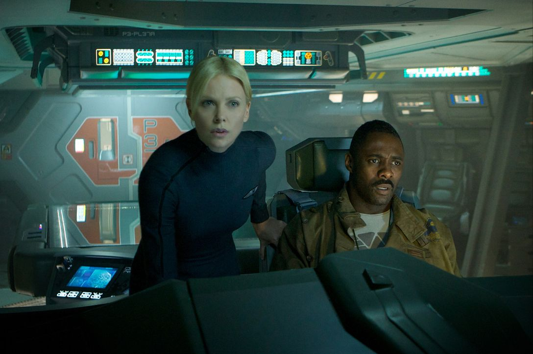 Haben eine mörderische Begegnung mit unheimlichen Wesen aus einer fremden Welt: Pilot Janek (Idris Elba, r.) und Kommandantin Vickers (Charlize Ther... - Bildquelle: TM and   2012 Twentieth Century Fox Film Corporation.  All rights reserved.