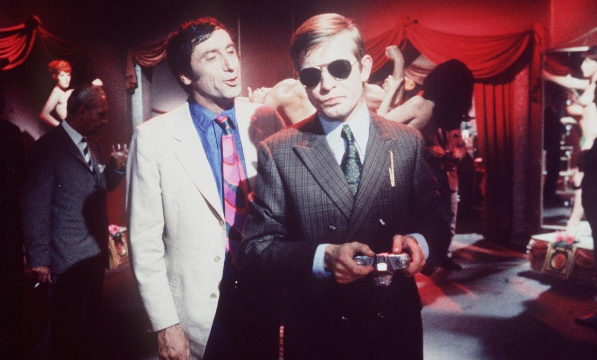 Mr. Sugar (Herbert Fux, l.) fragt Edgar Bird (Ralf Schermuly, r.), ob er wüsste, wer den Wohnungsschlüssel von Cora Watson zuletzt gehabt habe ... - Bildquelle: Constantin Film