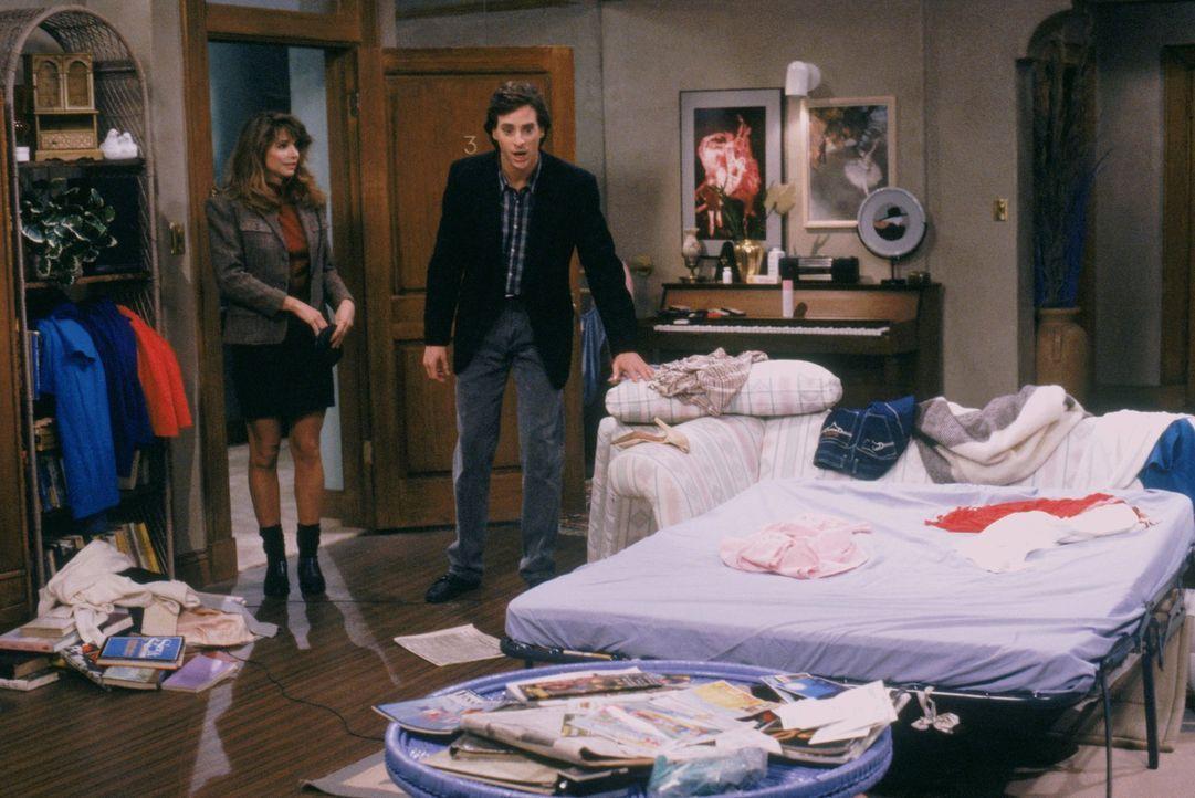 An jeder Frau, mit der Danny (Bob Saget, r.) ausgeht, hat er etwas auszusetzten und die Unordnung, die bei Karen (Debbie Gregory, l.) vorherrscht, v... - Bildquelle: Warner Brothers Inc.