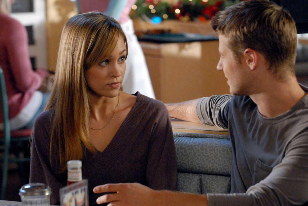 Ryan (Benjamin McKenzie, r.) und Taylor (Autumn Reeser, l.) fallen bei einem blöden Streit von einer Leiter und landen im Krankenhaus, beide im Kom... - Bildquelle: Warner Bros. Television