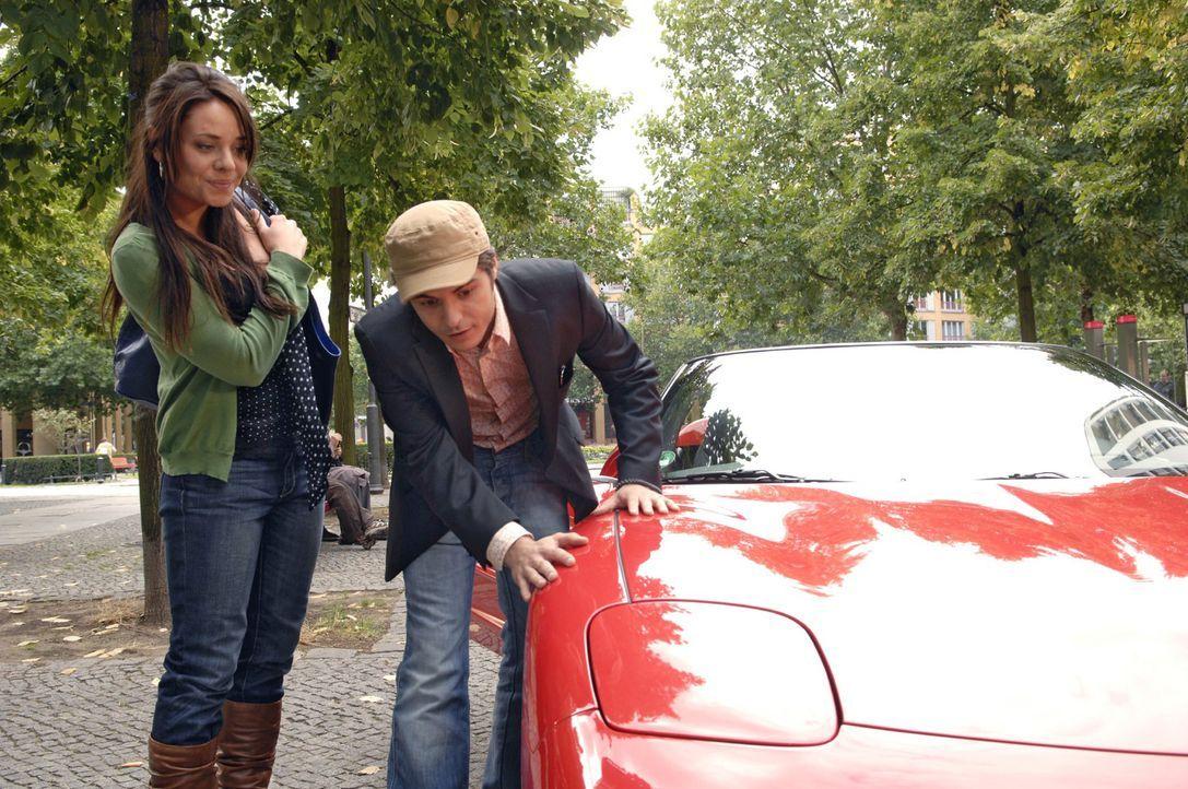 Stolz präsentiert Maik (Sebastian König, r.) Paloma (Maja Maneiro, l.) seinen neuerworbenen Dienstwagen ... - Bildquelle: Claudius Pflug Sat.1