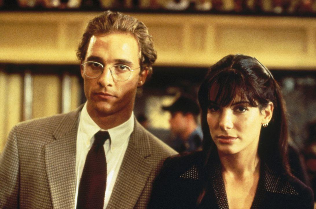 Der blutjunge Verteidiger Jake Brigance (Matthew McConaughey, l.) übernimmt den aussichtslosen Fall Hailey. Von unerwarteter Seite bekommt er Hilfe... - Bildquelle: Warner Bros.