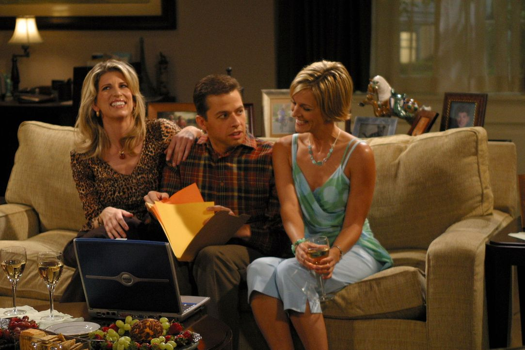Alan (Jon Cryer, M.) fällt Gloria (Christine Dunford, l.) und Brooke (Tricia O'Kelley, r.) zum Opfer ... - Bildquelle: Warner Brothers Entertainment Inc.