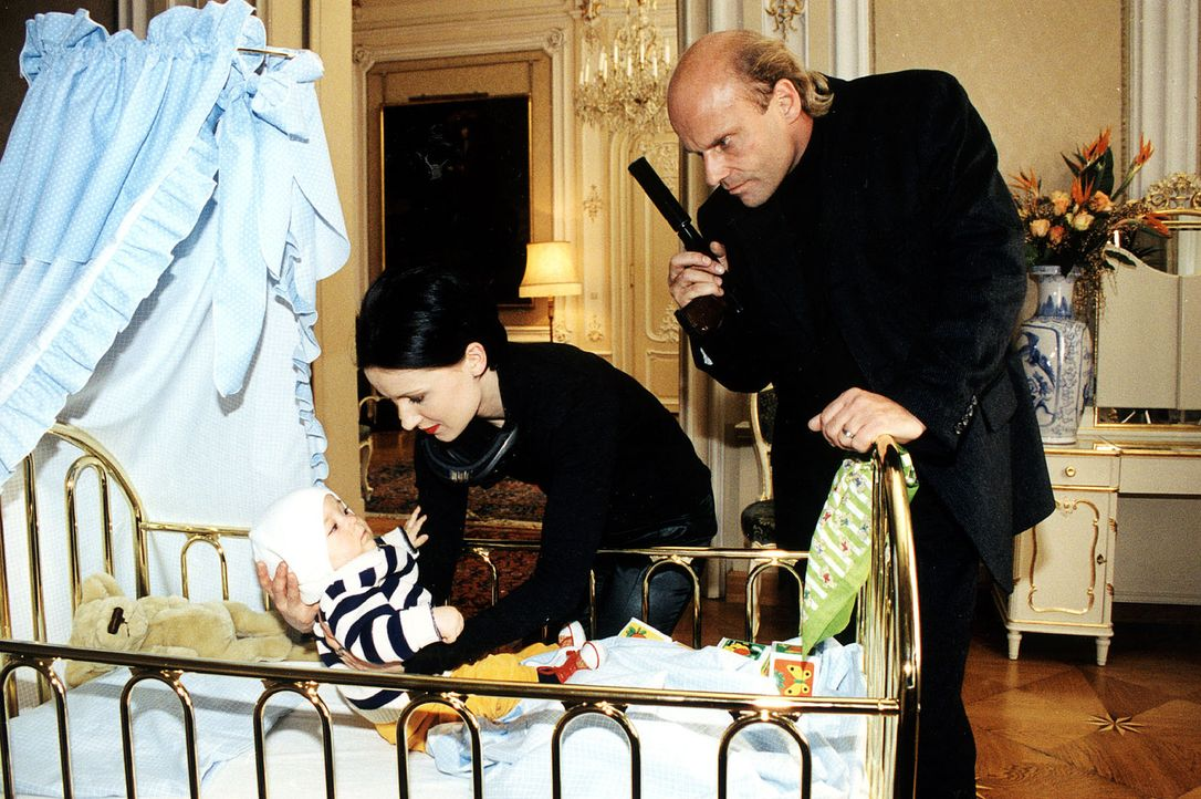 Claudia (Frederike Haas, M.) und Paul Prantz (Alexander Radszun, r.) entführen das Baby der Opernsängerin Nina Martin. - Bildquelle: Ali Schafler Sat.1