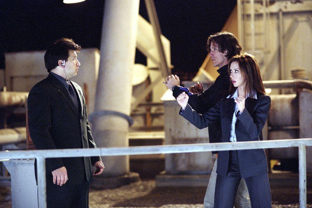 Regisseur Kevin Donovan (M.) gibt Jennifer Love Hewitt (r.) und Steve Lucescu (l.) letzte Regieanweisungen ... - Bildquelle: TM &   2002 DreamWorks LLC. All Rights Reserved