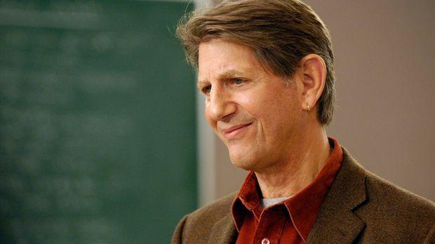 Noras Literaturprofessor und heimlicher Schwarm: Mark August (Peter Coyote).....