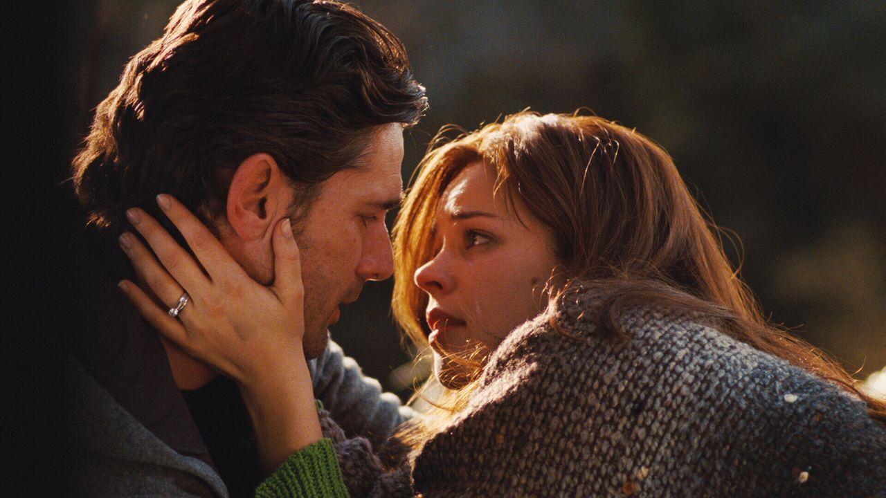 Wagen das schier Unmögliche: Henry (Eric Bana, l.) und Clare (Rachel McAdams, r.) beschließen zu heiraten, obwohl der junge Mann zwischen den Zeiten... - Bildquelle: Warner Brothers