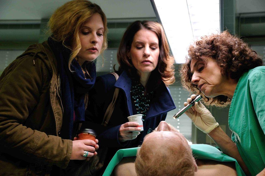 Versuchen herauszufinden, was die Todesursache des Obdachlosen war: Josephine (Diana Amft, l.), Tereza (Adriana Altaras, r.) und Karin (Stefanie Hön... - Bildquelle: Hardy Spitz SAT.1