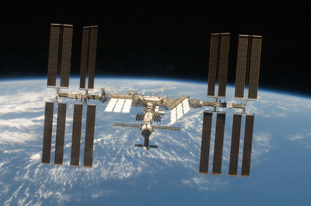 """Die internationale Raumstation ISS ist ein gigantisches technisches Projekt - hoch über unseren Köpfen befindet sich das """"fliegende Labor"""", dessen C... - Bildquelle: NASA"""