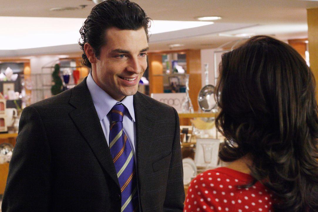Bei ihrer Shoppingtour mit Zach lernt Gabrielle (Eva Longoria, r.) Luke (Brennan Elliott, l.) kennen, den sie sofort sympathisch findet ... - Bildquelle: 2005 Touchstone Television  All Rights Reserved