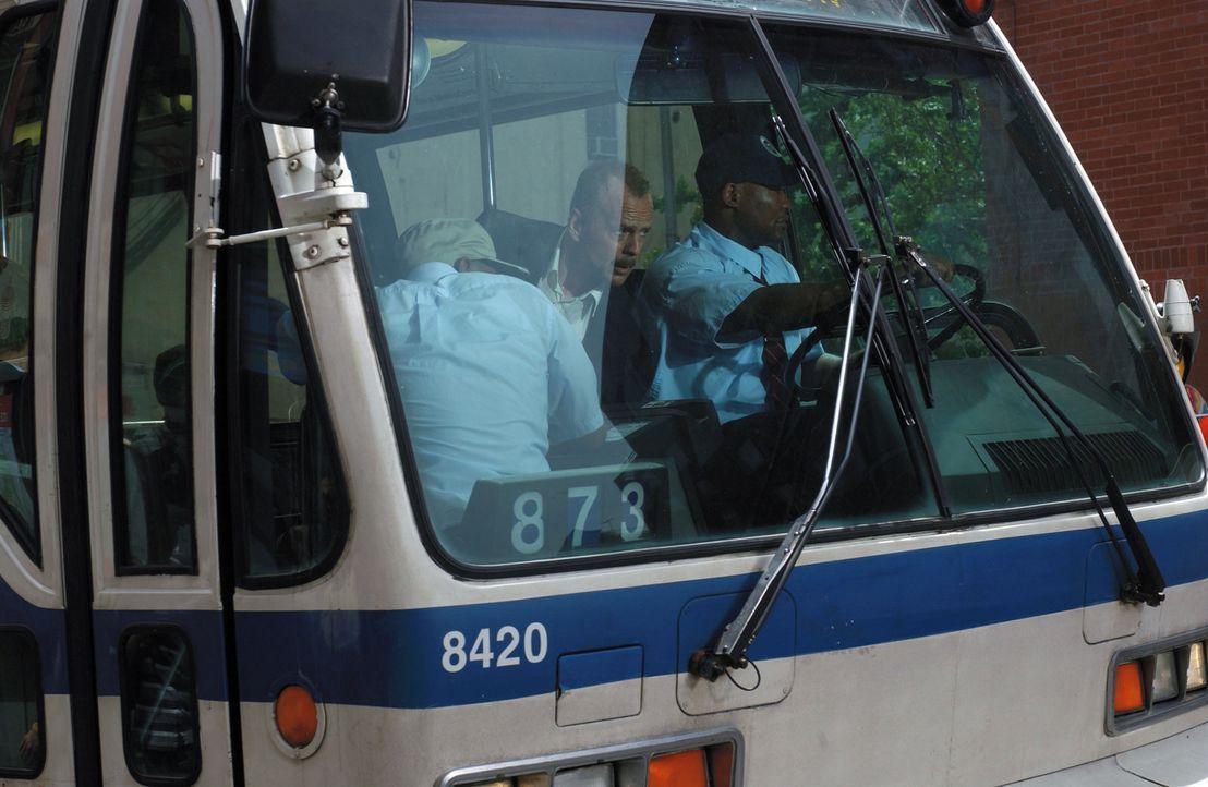 Eddi Bunker (Mos Def, l.) soll eigentlich gegen einen Polizisten aussagen. Doch unglücklicherweise geraten er und sein Betreuer, Jack Mosley (Bruce... - Bildquelle: Nu Image