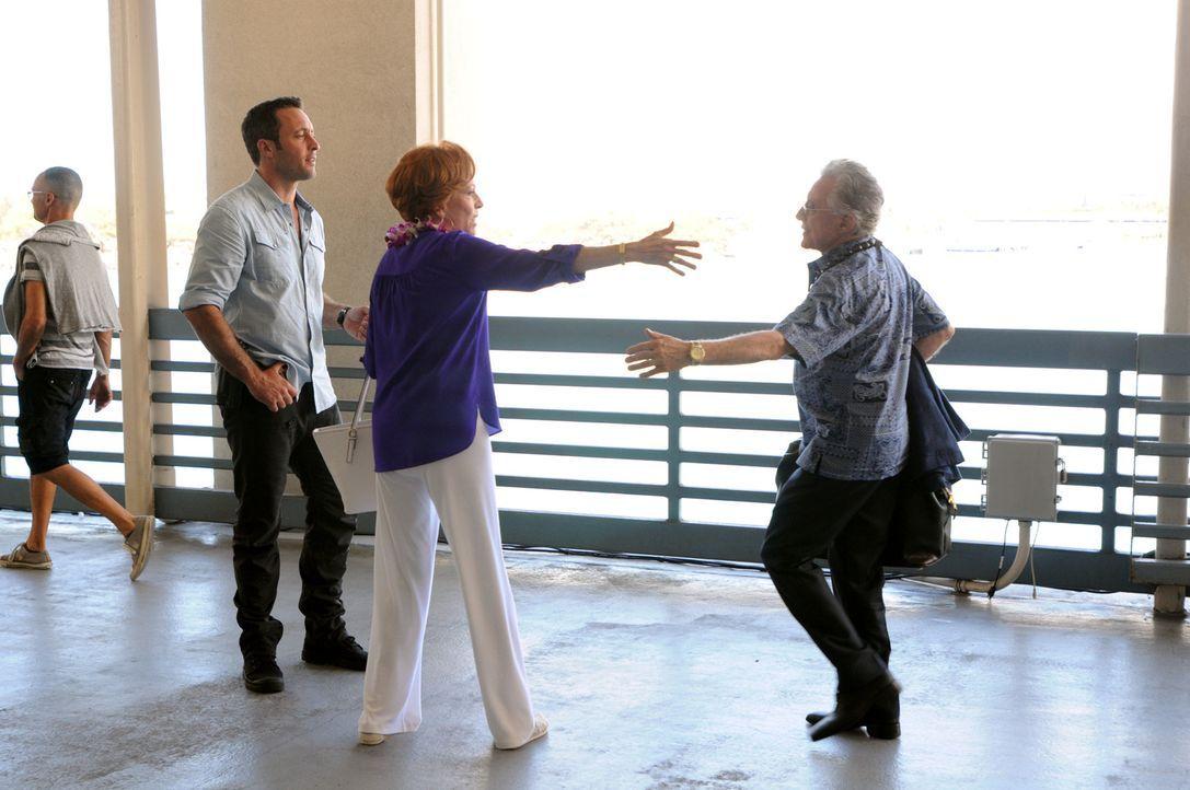 Während das Team in einem neuen Fall ermittelt, kommt Steves (Alex O'Loughlin, l.) Tante Deb (Carol Burnett, M.) mit ihrem neuen Verlobten Leonard (... - Bildquelle: 2014 CBS Broadcasting Inc. All Rights Reserved.