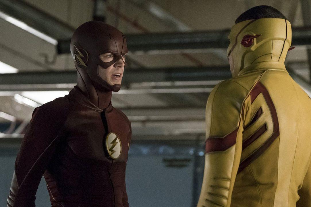 Barry alias The Flash (Grant Gustin, l.) nimmt Wally alias Kid Flash (Keiynan Lonsdale, r.) zu Einsätzen mit, um ihn zu unterrichten - doch die Mein... - Bildquelle: 2016 Warner Bros.