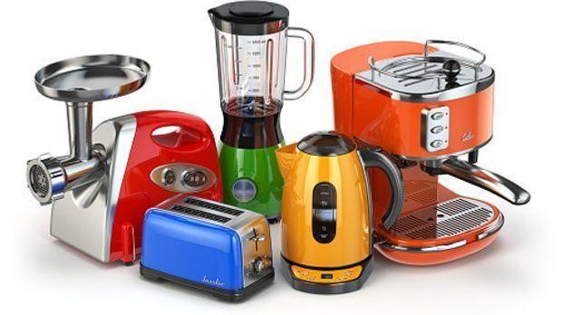 Unterschiedliche Küchenmaschinen wie Mixer, Fleischwolf und Saftpresse nebene...