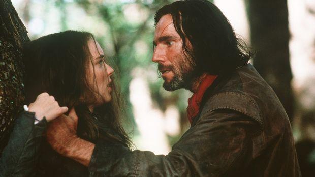 Aus Rache hat Abigail (Winona Ryder, l.) John Proctor (Daniel Day-Lewis, r.)...
