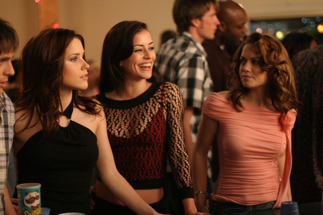 Nachdem Brooke (Sophia Bush, l.) und Nikki (Emmanuelle Vaugier, M.) in einer Bar ein paar Bierchen getrunken haben, da sie auf Haleys (Bethany Joy L... - Bildquelle: Warner Bros. Pictures