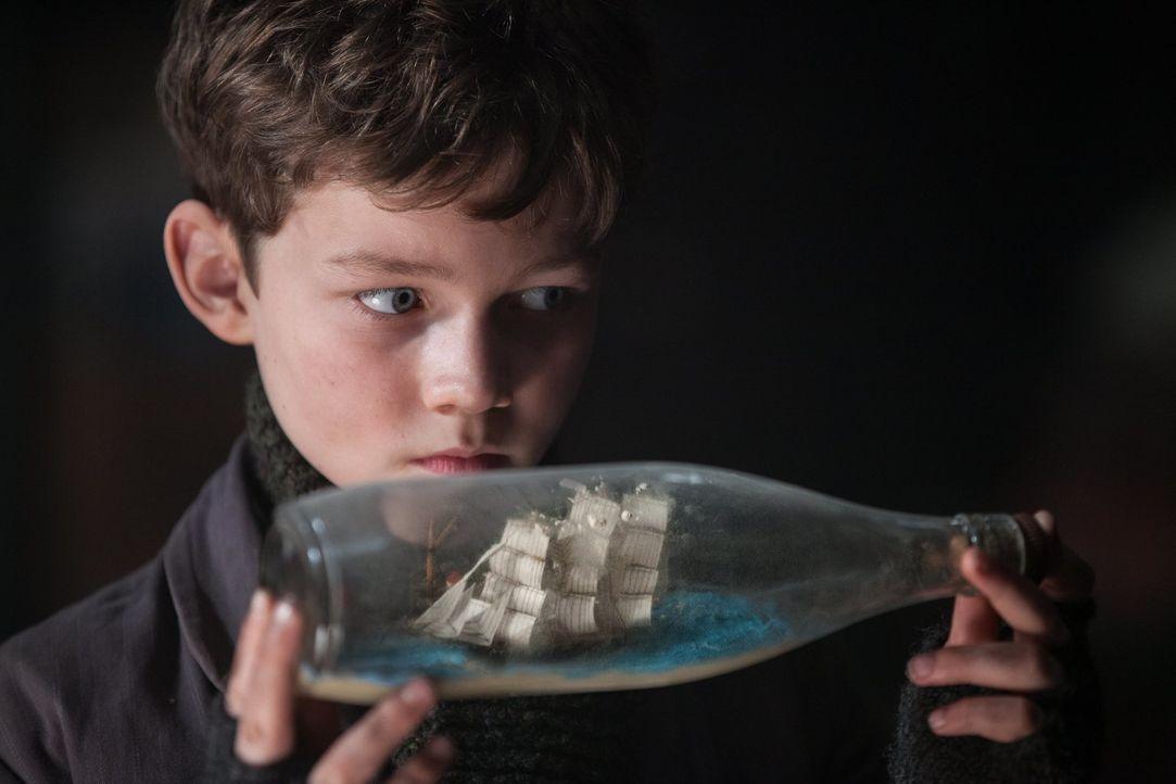 Im tristen Waisenhaus träumt Peter Pan (Levi Miller) von einem großen Abenteuer - doch ist er diesem näher, als er denkt? - Bildquelle: Warner Brothers