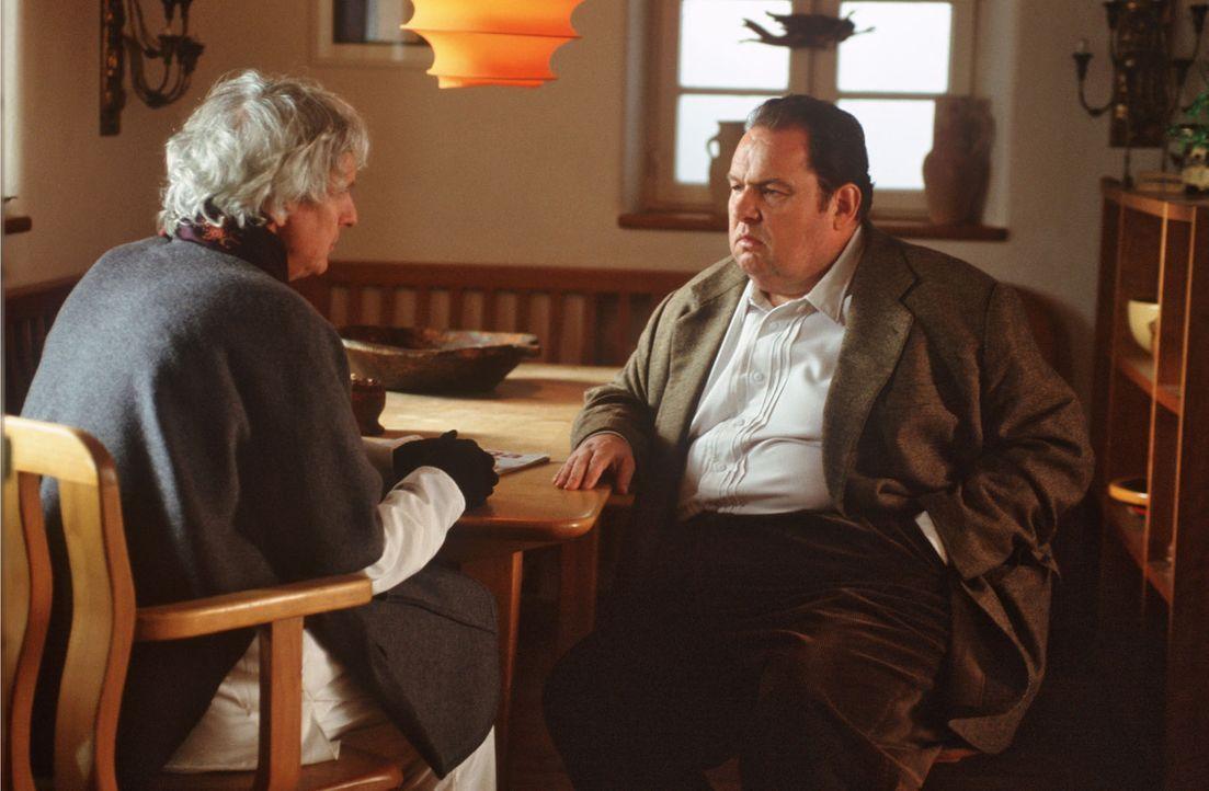Klaus Engelmann (Mathieu Carrière, l.) erzählt Benno (Ottfried Fischer, r.) nicht ohne Stolz über seine Aktionen der letzten 35 Jahre und den Zwist... - Bildquelle: Magdalena Mate Sat.1