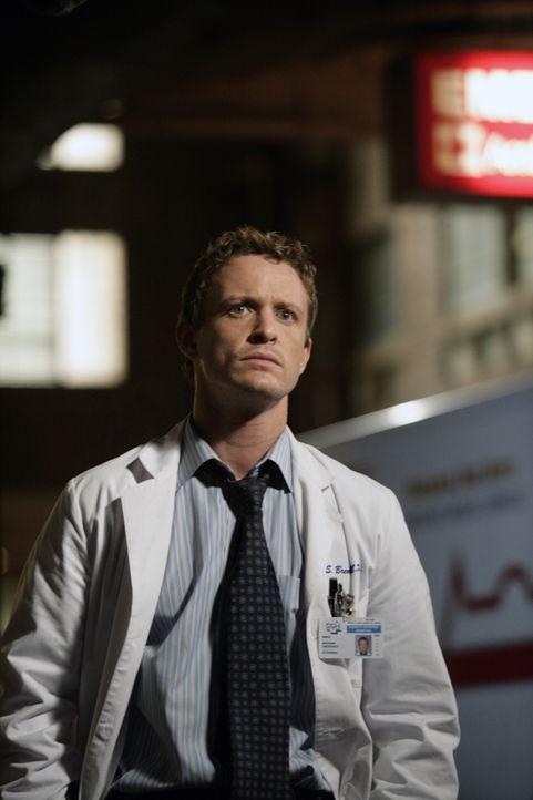 Dr. Simon Brenner (David Lyons) ist besorgt um die kleine Lucy Moore, deren Mutter einen Unfall hatte und er nur schwer eine Familie finden kann, di... - Bildquelle: Warner Bros. Television