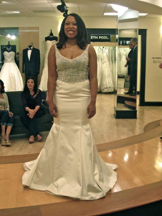 Braut Monique legt die Entscheidung über ihr Hochzeitskleid ganz in die Hände ihres Mannes. Dieser ist jedoch mit keiner Robe zufrieden. - Bildquelle: TLC & Discovery Communications