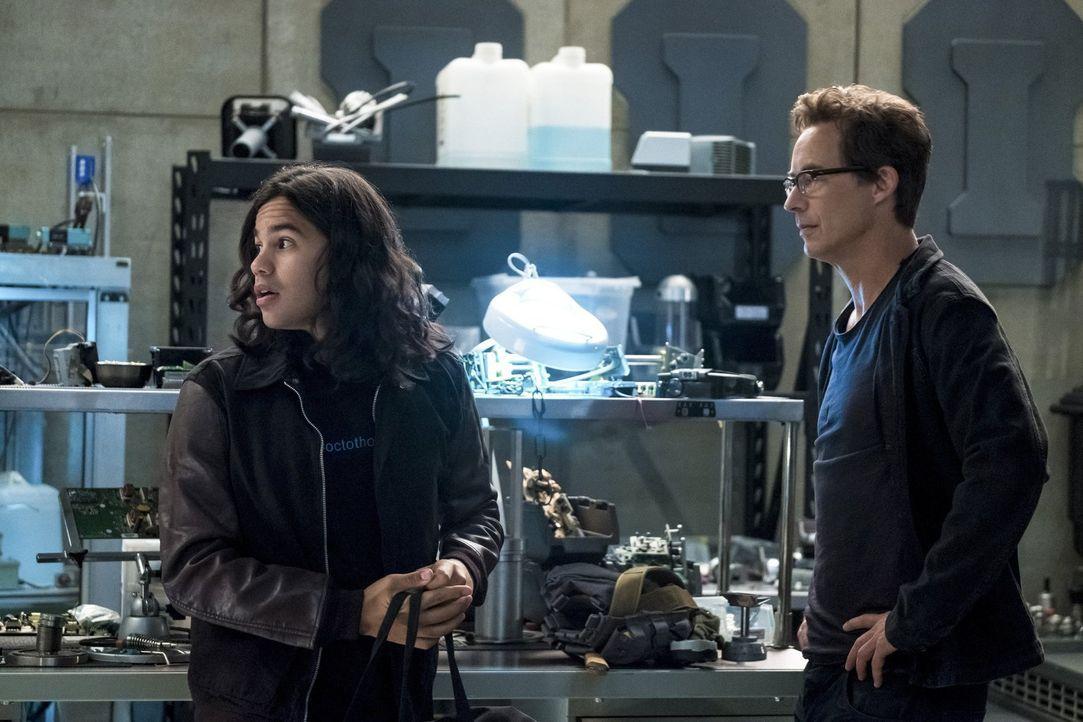 Kommen Cisco (Carlos Valdes, l.), Harry (Tom Cavanagh, r.) und der Rest des Teams dem Denker weiter auf die Spur? - Bildquelle: 2017 Warner Bros.