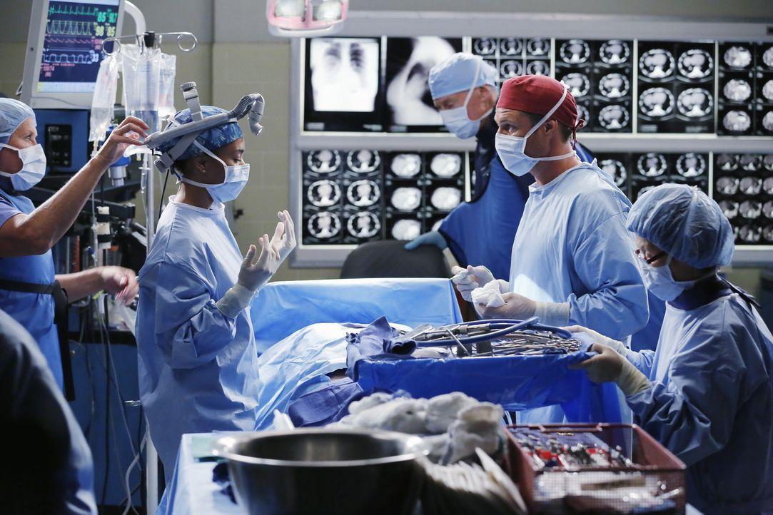 Dr. Nathan Riggs (Martin Henderson, 2.v.r.) und Maggie (Kelly McCreary, 2.v.l.) sind sich anfangs nicht einig was die Behandlung einer Patientin bet... - Bildquelle: Vivian Zink ABC Studios