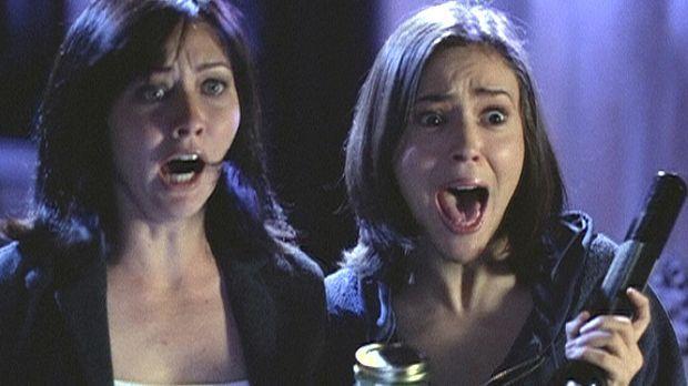 Unter Schock stehen Prue (Shannen Doherty, l.) und Phoebe (Alyssa Milano, r.)...