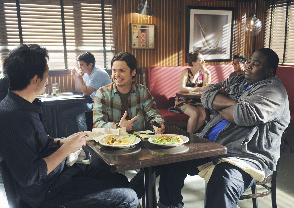 Männergespräche: Grayson (Josh Hopkins, l.), Travis (Dan Byrd, M.) und Kevin (LaMarcus Tinker, r.) ... - Bildquelle: 2010 ABC INC.